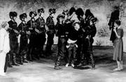 Uraufführung von «Andorra» 1961 im Schauspielhaus Zürich: Andri wird von den «Schwarzen» gefangengenommen und abgeführt. (Bild: akg)