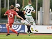 Voller Einsatz: Frauenfelds Goalie Pascal Bretscher wird von Kreuzlingens Simon Affentranger hart angegangen. (Bild: Donato Caspari)