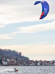 Die Kitesurfer in Berlingen lassen sich auch im Winter nicht von ihrem Sport abhalten. (Bild: Andrea Stalder)
