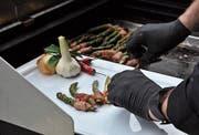 Grillmeister Christian Kindl bereitet alles auf dem Grill zu: Lachs ebenso wie Rindsentrecôtes und grünen Spargel. (Bilder: Sebastian Keller)