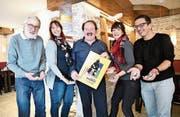 Die Ok-Mitglieder Marco Gabban (Werbung), Caroline Inauen (Kassierin), Pius Hofstetter (Präsident), Karin Venzo (Unterhaltung) und Franco Capelli (Marktchef und Aktuar) mit der Schokolade, die an die Besucher verteilt wird. (Bild: Rita Kohn)