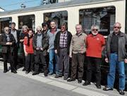 Mitglieder des Vereins vor ihrem neuen Flaggschiff, der A101. (Bild: Elias Eggenberger)