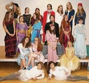 Ein Bild des Ensembles: Schauspieltalente im Alter von zehn bis vierzehn Jahren führen «Cinderella» auf. (Bild: pd)