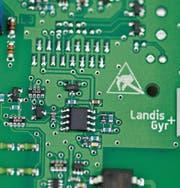 Blick ins Innere eines intelligenten Stromzählers. (Bild: Gaëtan Bally/Keystone (Zug, 3. August 2011))