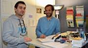 Markus Büchel (rechts), Abteilungsleiter Kompetenzzentrum Jugend der Sozialen Dienste Werdenberg, zusammen mit dem Jugendarbeiter Arsim Hajdarevic. Dieses Jahr feiert der Trägerverein der Werdenberger Gemeinden sein 20-jähriges Bestehen. (Bild: Ralph Dietsche)