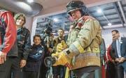 Ueli Maurer war 20 Jahre lang in der Feuerwehr. An der Olma bekam er gestern Gelegenheit, das Löschen wieder einmal zu üben – zumindest virtuell. (Bild: Hanspeter Schiess)