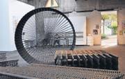 Werkschau Thurgau: Markus Zellers «Zylinder mit dynamischer Statik», Eisen geflochten, in der Kunsthalle Arbon. (Bild: Barbara Fatzer)
