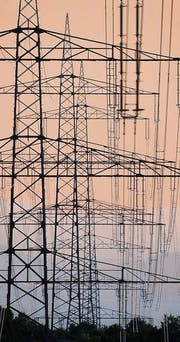 Die heutigen Stromnetze können die Energiewende noch nicht bewältigen. (Archivbild: ky/Martin Ruetschi)