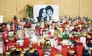 Kerzen erinnern in Bratislava an den ermordeten Journalisten Jan Kuciak und seine Freundin Martina. (Bild: Jakub Kotian/Keystone (27. Februar 2018))