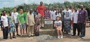 Gelungene Grundsteinlegung für das Schulhaus: Yanek Schiavone (Vierter von rechts) posiert mit Mitgliedern und Freiwilligen von Des sourires pour le Togo und mit Dorfbewohnern. (Bild: pd)