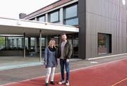 Liegenschaftsverwalterin Cornelia Brändli und Architekt Daniel Gubler vor dem Eingang der umgebauten einstigen Doppelturnhalle. (Bild: Kurt Lichtensteiger)