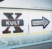 Da geht's lang: Vor dem Schiesser-Areal weisen Plakate den Weg ins neue Kulturzentrum. (Bild: Andrea Stalder)