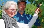 Andrea Bosshart-Schaffhauser, Ressort Rebberg, und Eduard Kümin, Rebwart der Ortsgemeinde Wil, hoffen trotz des Kälteeinbruchs im Frühling auf eine gute Weinqualität des Jahrgangs 2017. (Bild: Roland P. Poschung)