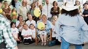 Grosse Überraschung für Sonny Walterspiel (Mitte): Schüler tanzen für sie vor. (Bild: Donato Caspari)