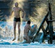 Bad im eisigen Nass: Nur gesunden und trainierten Leuten zu empfehlen. (Bild: Dmitry Lovetky/AP)