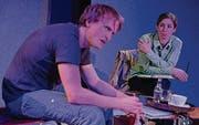 Der Schüler Chris (Gabor Nemeth) und seine Lehrerin Frau Stöhr (Anja Tobler) treffen sich zum Krisengespräch in einem Café. (Bild: pd)