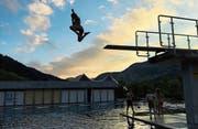 Hoch hinaus: Die Kinder in der Badi Unterwasser hatten am Wochenende grossen Spass. (Bilder: PD)