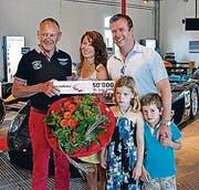 Andrea und Peter Steinmann mit Lynn und Yann werden von Fredy Lienhard begrüsst. (Bild: pd)