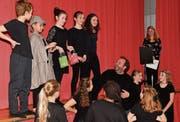Inmitten seiner Schar junger Schauspielerinnen und Schauspieler freut sich Florian Rexer über die Ankündigung, dass er den diesjährigen Amriswiler Kulturpreis erhalten wird. (Bild: Manuel Nagel)