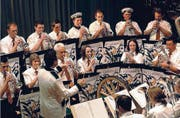Ahoi: Die Eggersrieter Musikanten gehen mit ihrem Kapitän auf Weltreise. (Bild: Fritz Heinze)