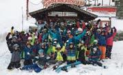 Herumkasperln für das Gruppenfoto: Schüler der Primarschule Hüttwilen im Skilager in Flumserberg. (Bild: PD)