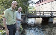Schlossherr Andi Angehrn und Schlossbesitzer Alfons Angehrn stehen am Schlossweiher. (Bild: Yvonne Aldrovandi-Schläpfer)