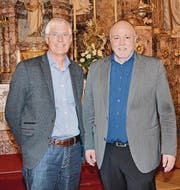 Schulratspräsident Orlando Simeon (rechts) und Gemeindepräsident Christoph Häne legten am Freitag in der katholischen Kirche Rechenschaft über Schule und Gemeinde ab.
