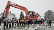 Sie standen im Mittelpunkt: Kindergärtler griffen gestern im Schneefall zum Spaten. (Bild: Markus Schoch)
