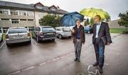 Schulleiter Kurt Alder und Primarschulpräsident Thomas Wieland auf dem Parkplatz beim Martin-Haffter-Schulhaus. (Bild: Reto Martin)