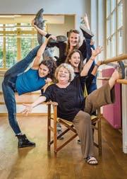 Tanzbegeisterte Frauen: Die beiden neuen Ballettlehrerinnen Reut Nahum und Rebekka Meile mit der neuen Leiterin Mirjam Bührer (hinten) und der bisherigen Leiterin Sonny Walterspiel (sitzend). (Bild: Reto Martin)