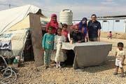 Peter Jaggi (stehend rechts) musste bei den Flüchtlingen vor allem Kriegsverletzungen und Hauterkrankungen behandeln. (Bild: PD)