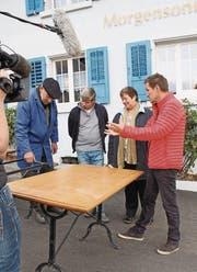 Diskutieren vor der Kamera über die rustikalen Tische: Hausbesitzer Markus Cescutti, Willy und Bernadette Josten und Restauranttester Daniel Bumann. (Bild: Nicole D'Orazio)