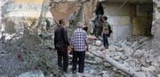 Anwohner suchen in Aleppo nach den erneuten russisch-syrischen Bombardements in der Nacht auf gestern nach Opfern. (Bild: «Weisshelme» via AP)