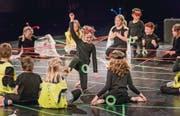 Die Spinnen verscheuchen und ihr Netz selber nutzen: Schulkinder aus Kesswil auf der Theaterbühne der Lokremise St. Gallen. (Bild: Michel Canonica)