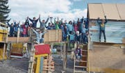 Stolz und Freude sind offensichtlich: Das Bauteam auf der Kinderbaustelle hat auch am letzten Aufbautag zugepackt – und wird dies auch beim Abbau tun. (Bilder: Thomas Schwizer)