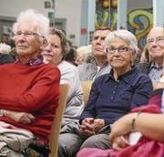Aufmerksame Zuhörerschaft am Informationsabend zum Thema Alter im Steiner Jugendcafé. (Bild: Peter Spirig)