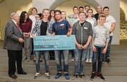 Der St. Galler alt Regierungsrat Hans Ulrich Stöckling überreicht den Schülern den ersten Preis. (Bild: pd)