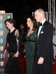 Kate und William zusammen mit Amanda Berry an den BAFTA-Awards. Statt für ein schwarzes Kleid als Statement gegen Diskriminierung von Frauen, entschied sich die Herzogin für ein dunkelgrünes Kleid. (Bild: AP)