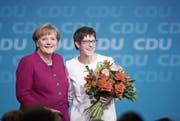 Angela Merkel und die frisch gewählte CDU-Generalsekretärin Annegret Kramp-Karrenbauer. (Bild: Sean Gallup/Getty (Berlin, 26. Februar 2018))