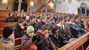 Ungewohnt:: Moslemische Jugendliche in der katholischen Kirche. (Bild: sst)