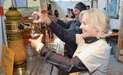 Die Helfer haben am Riethof-Fest fleissig Bier ausgeschenkt: Rund 350 Liter wurden konsumiert. (Bild: Christoph Heer)