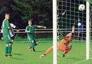 Da war die Buchser Welt noch in Ordnung: Michael Giger (Mitte) trifft zum 1:0. (Bild: Robert Kucera)