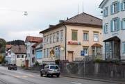 Das Gebäude mit dem Spar-Laden muss mittelfristig umfassend erneuert werden. (Bild: Jesko Calderara)