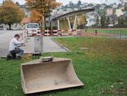 Während die Arbeiten für den neuen Mehrzweckpavillon begonnen haben, geht auf dem Sportplatz der normale Betrieb weiter. (Bild: PAG)
