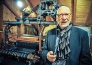 Autor Ernst Trachsler im Ortsmuseum Wängi vor einem über hundertjährigen Webautomaten aus Rüti. (Bild: Olaf Kühne)