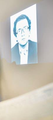 An einer Medienkonferenz projiziert der Kanton ein Bild von Walter Enggist auf eine Leinwand. (Bild: Andrea Stalder (25. November 2016))