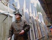 Im Zeigergraben: Zeigerchef Gion Kreis dreht die alten Olympiascheiben aus dem Schussfeld. (Bild: Gudrun Enders)