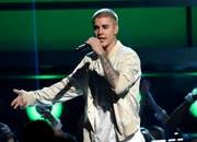 Justin Bieber, hier auf einer Aufnahme vom 3. Juni in Las Vegas, weiss, wo es schön ist: Er geniesst vor seinem Konzert vom Donnerstag in Bern offenbar etwas Freizeit in der Ostschweizer Bergwelt. (Bild: Keystone)