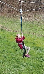 Eine Besucherin der Kindertage vergnügt sich am Seil. (Bild: pd)