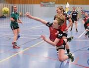 Selina Weidmann vom HSC Kreuzlingen (rot) bei einem Sprungwurf. Sie traf in diesem Spiel gegen Brühl viermal. (Bild: Mario Gaccioli)